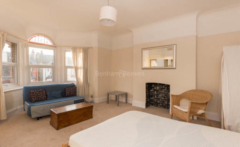 picture of Studio flat in  Madeley Road, Ealling, W5