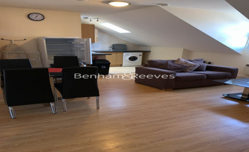 picture of 2 Bedroom(s) flat in  Goldhawk Rod, Hammersmith, W12