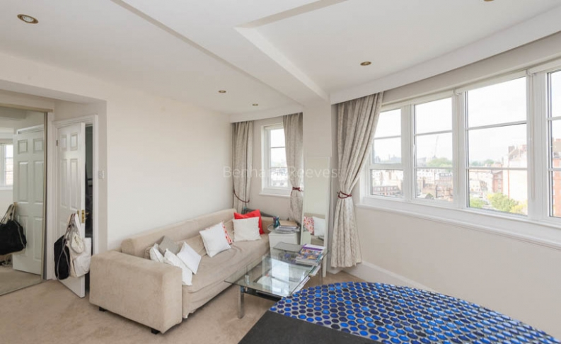 picture of Studio flat in  Sloane Avenue Mansions, Sloane Avenue, Chelsea, SW3