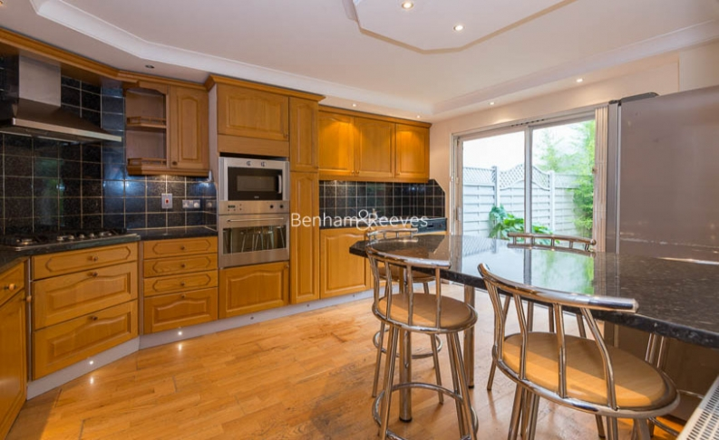 picture of 4 Bedroom(s) flat in  Windsor Way, West Kensington, W14