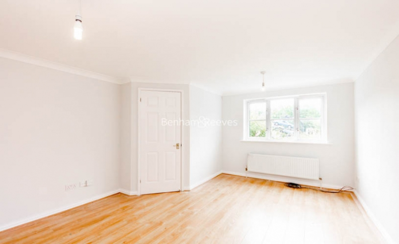 picture of 4 Bedroom(s) flat in  Balmoral Avenue, New Southgate, N11