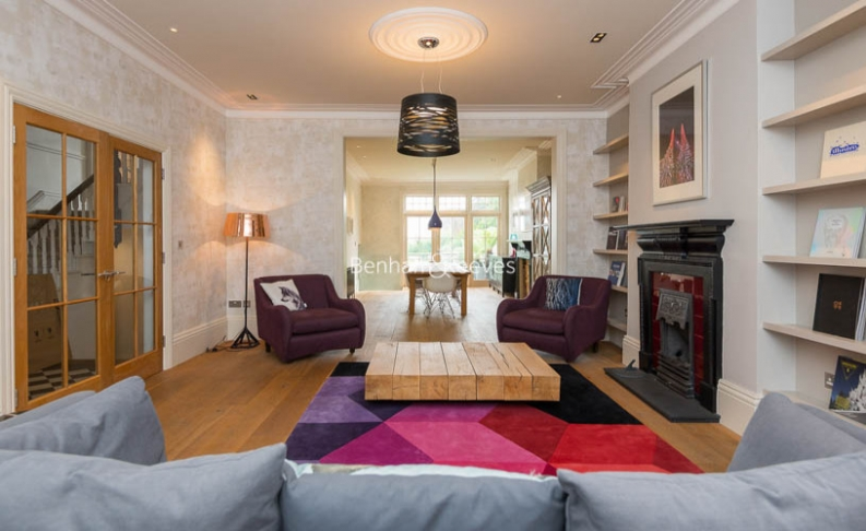 picture of 5 Bedroom(s) flat in  Muswll Hill Road, Highgate, N10