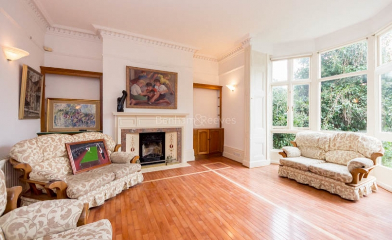 picture of 4 Bedroom(s) flat in  Hampstead Lane, Highgate, N6