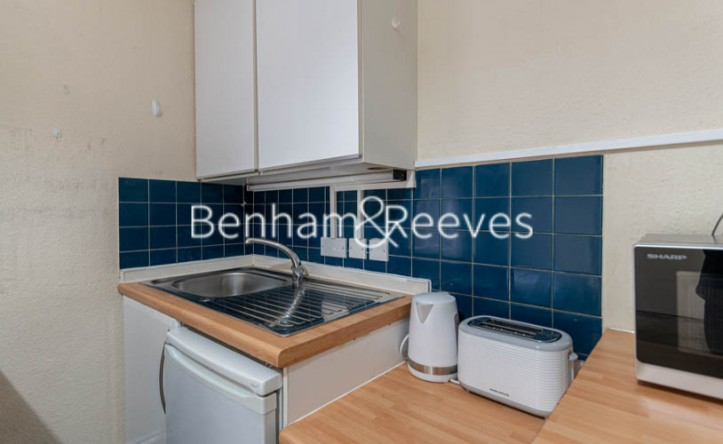 Studio flat to rent in Cheniston Gardens, Kensington, W8