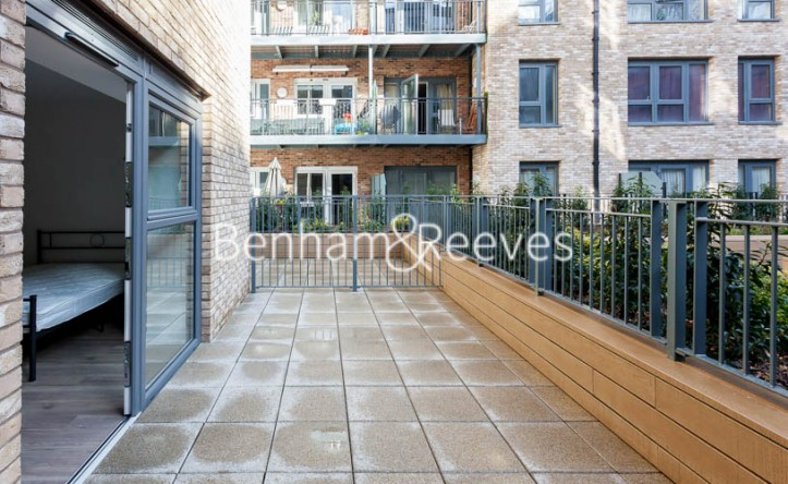 Studio flat to rent in Beaufort Square,Colindale , NW9