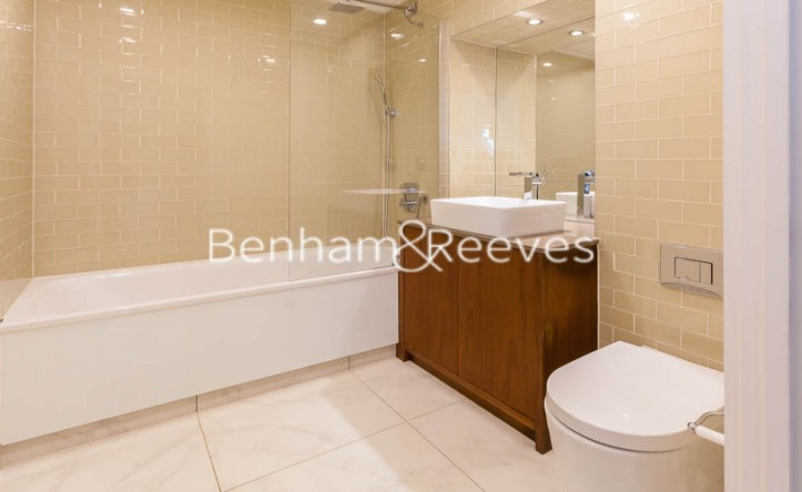 Studio flat to rent in 6 Lincoln Plaza, Canary Wharf, E14