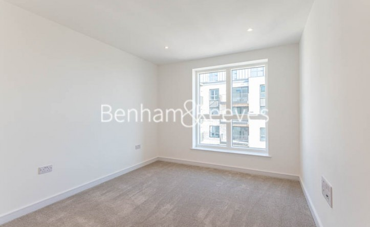 2 Bedroom flat to rent in Greenleaf Walk, Southall, UB1