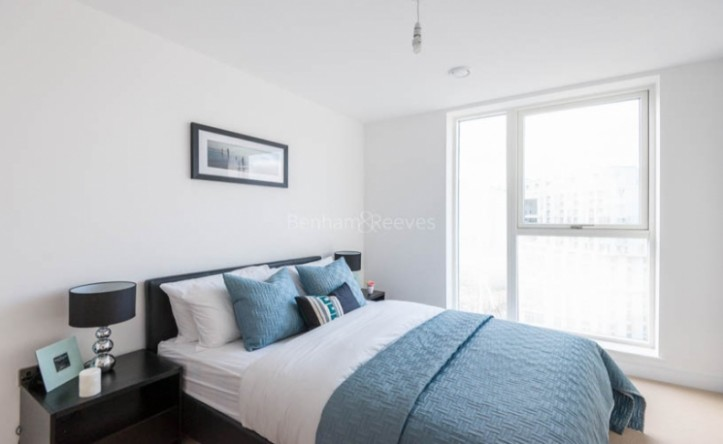 2 Bedroom flat to rent in Babbage Point, Surrey Quays, SE10