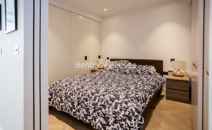 Studio flat to rent in Wandsworth Road, Nine Elms, SW11