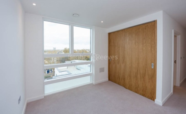 3 Bedroom flat to rent in Holland Park Avenue, Kensington, W11