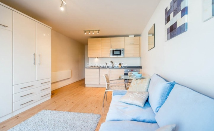 Studio flat to rent in Boulevard Drive, Colindale, NW9