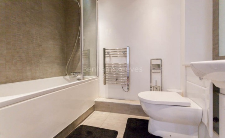 Studio flat to rent in East Drive, Colindale, NW9