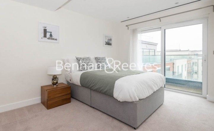 3 Bedroom flat to rent in East Drive, Colindale, NW9