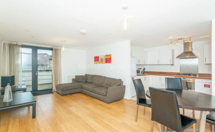 3 Bedroom flat to rent in Shepherd Court, Canary Wharf, E14