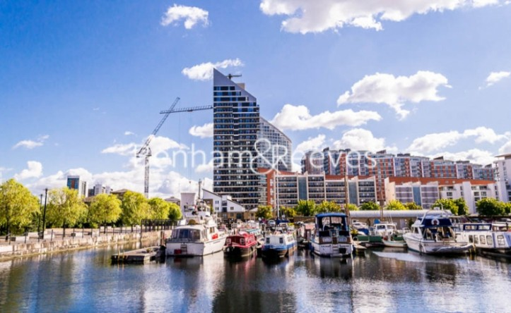 2 Bedroom flat to rent in Streamlight, Canary Wharf, E14