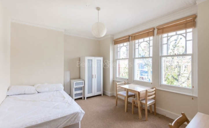 Studio flat to rent in Whitehall Park, Archway, N19